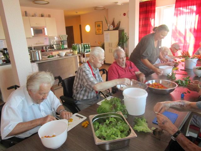 K&S Seniorenresidenz Babenhausen: Männer in der Küche